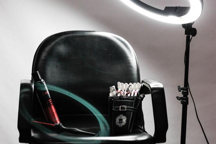 ハサミとカット椅子